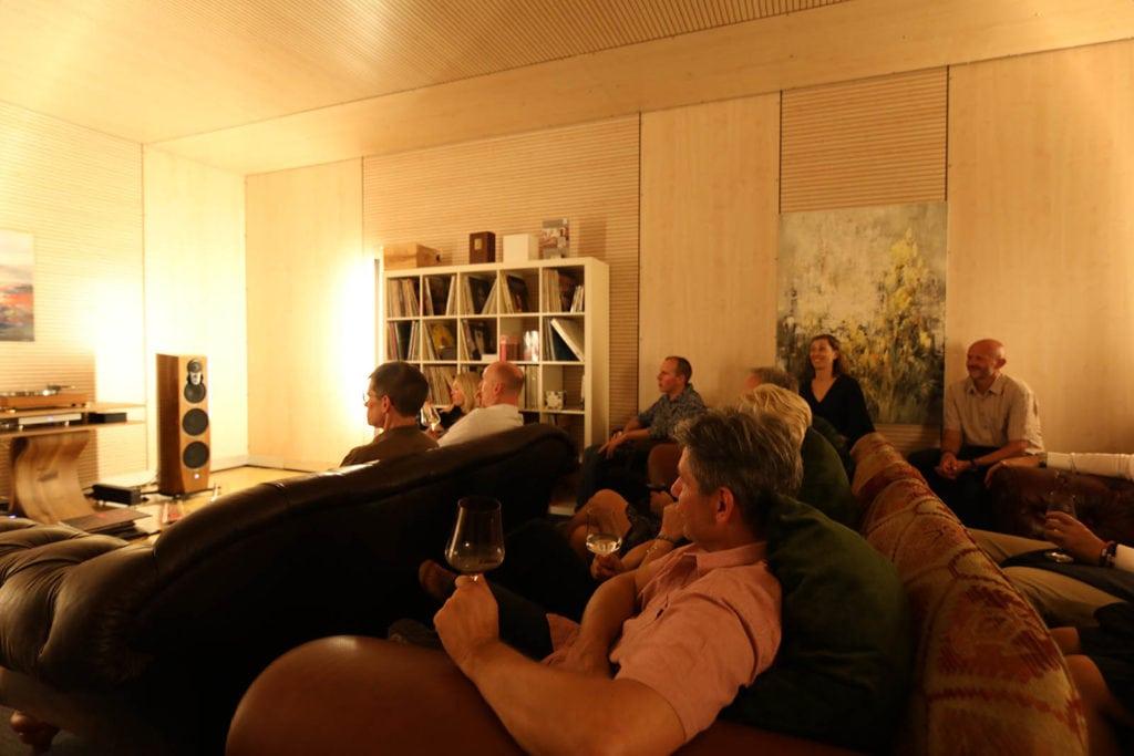 Gäste im Probe-Hörraum der tonbild spinnerei an einem Linn Event.